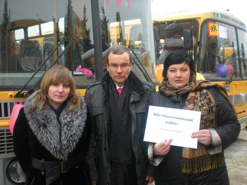 Д.В.Зеленин с директором МСШ № 1 Г.А.Розановой(справа) и зам.директора по хозчасти МСШ №1 Е.А.Корнеевой