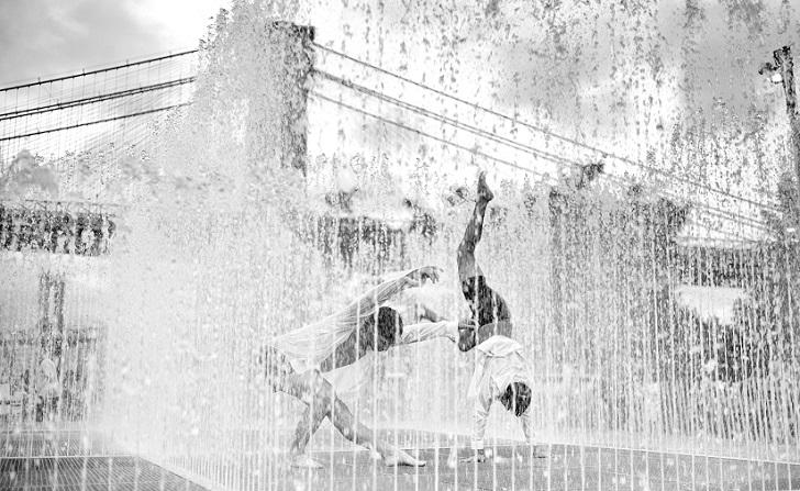 Танцующие в воде возле Бруклинского моста