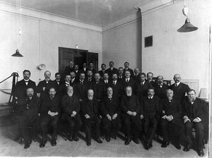 Группа участников освящения технических лабораторий института.