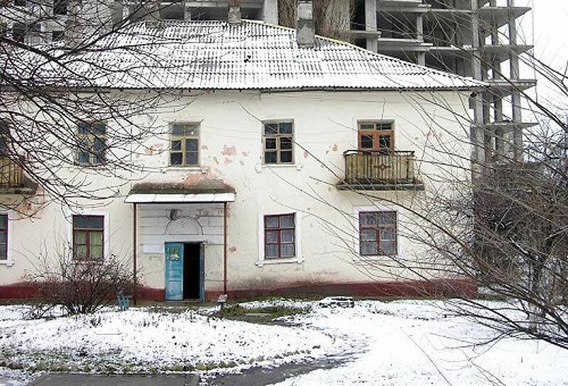 Снесённый дом на Свято-Троицком бульваре, на заднем плане - строительство Славянского, фото /Rinky-Dink/