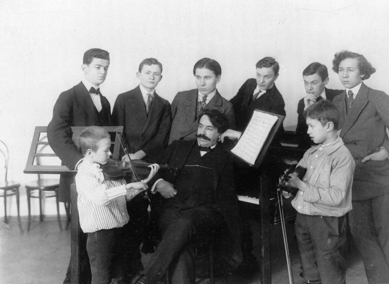 36. Группа студентов консерватории с профессором И.Р.Налбандяном слушают игру на скрипке