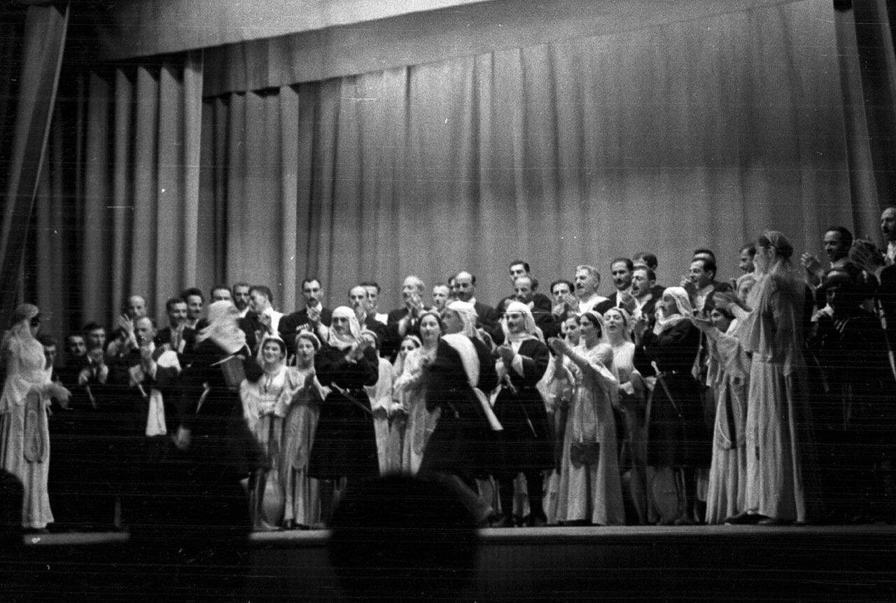 32. Группа актеров в театре