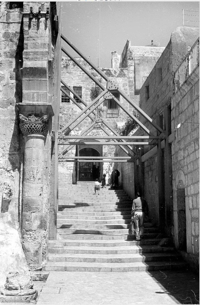 Металлические подпорки Храма Гроба Господня
