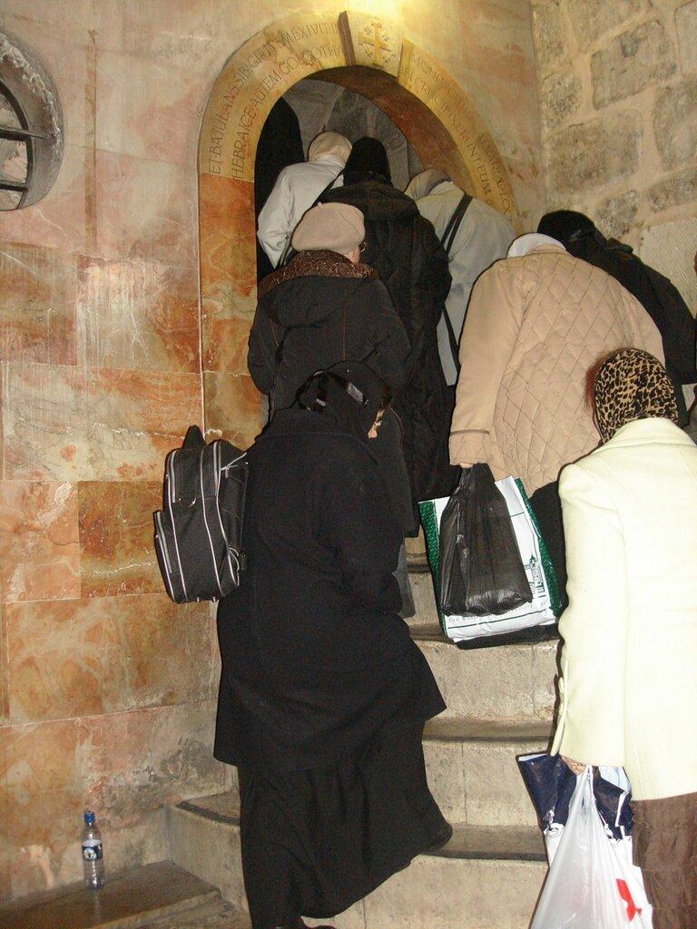 Храм Гроба Господня. Паломники поднимаются на Голгофу