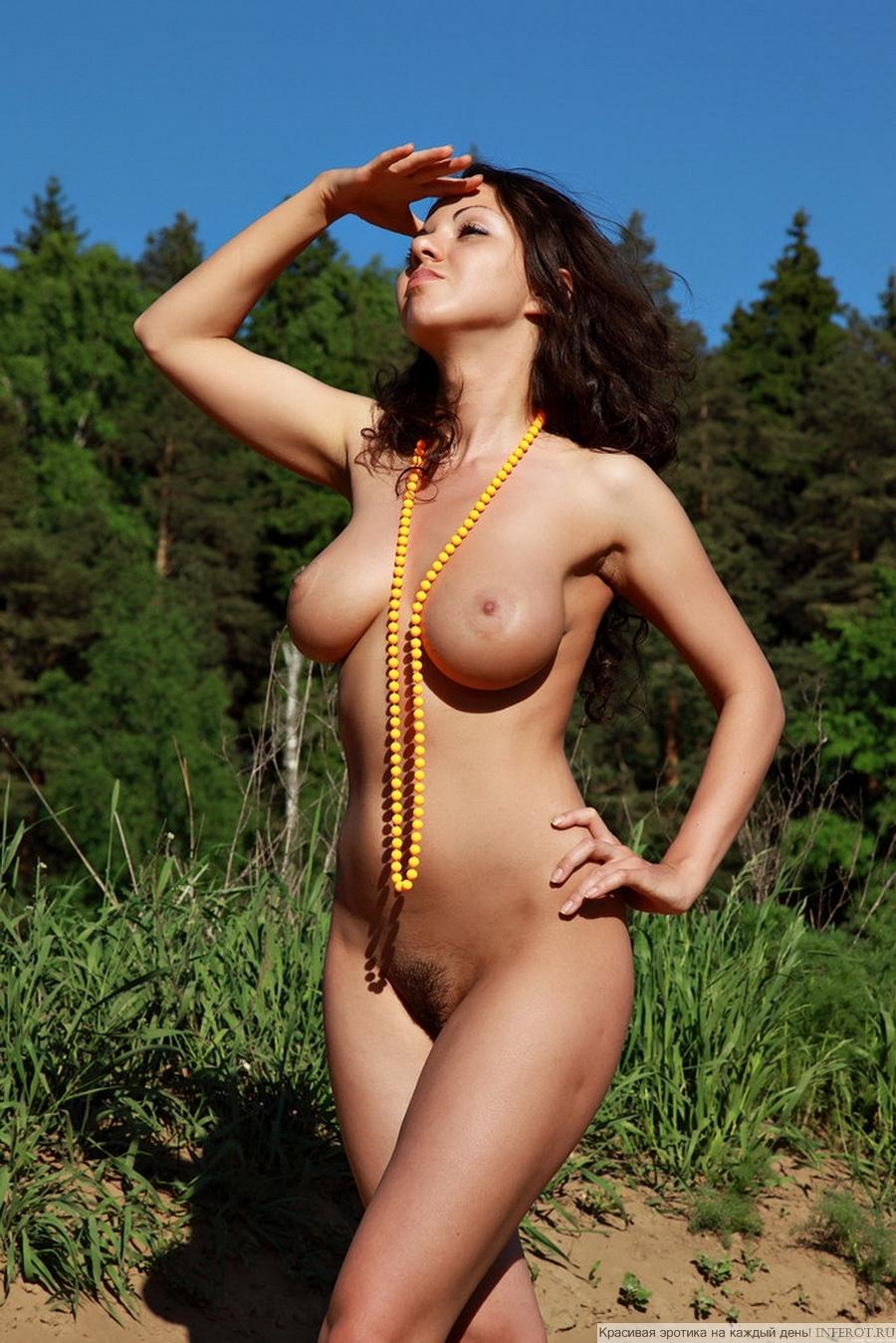 Грудастая девушка на природе (15 фото)