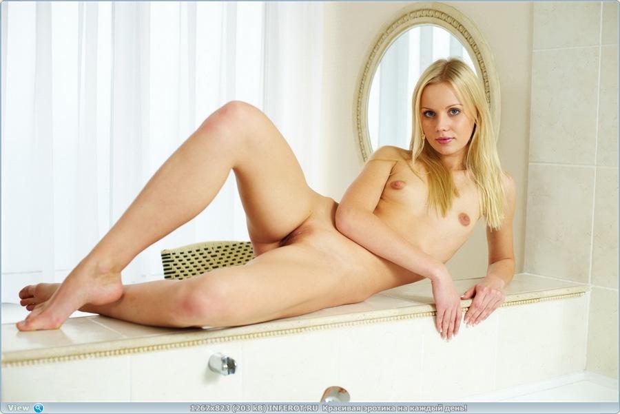 Красивая и сексуальная девушка с маленькой грудью в ванной комнате (20 фото)