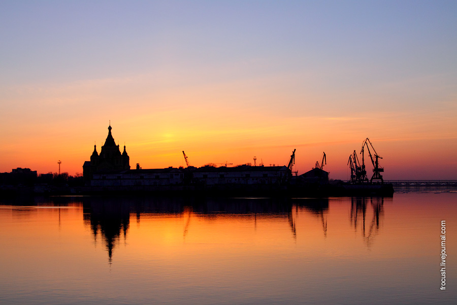 Стрелка — мыс на месте слияния Оки и Волги. Нижегородский грузовой речной порт. Собор Александра Невского.
