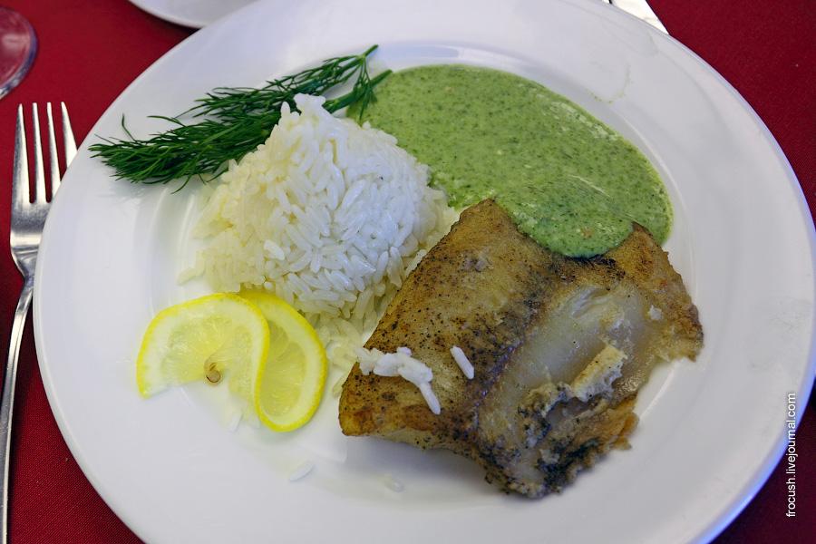Рыба жареная (тилапия), рис отварной, соус сливочный со шпинатом, лимон