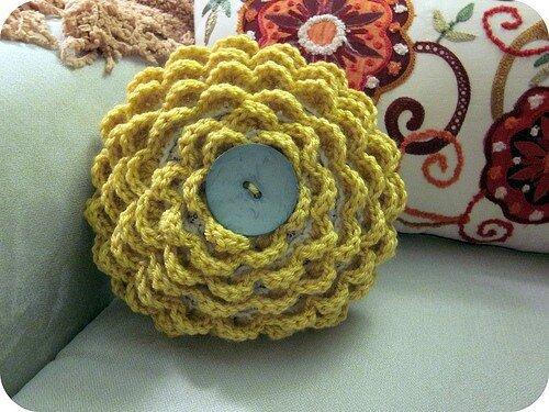 Подушка обвязанная крючком