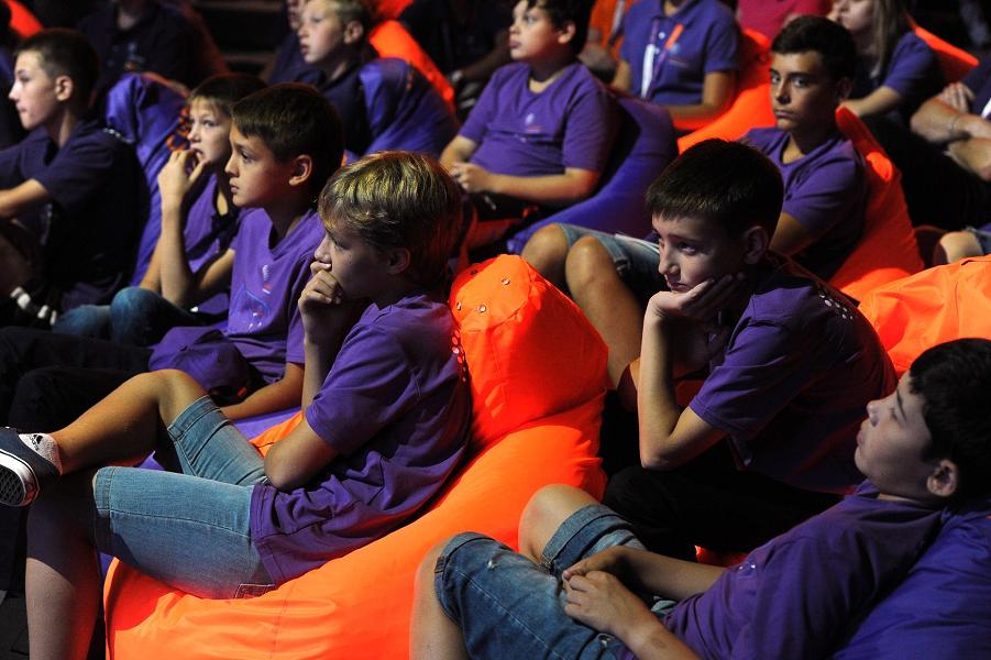 Образовательный центр Сириус, дети слушают Путина, 1.09.15.png