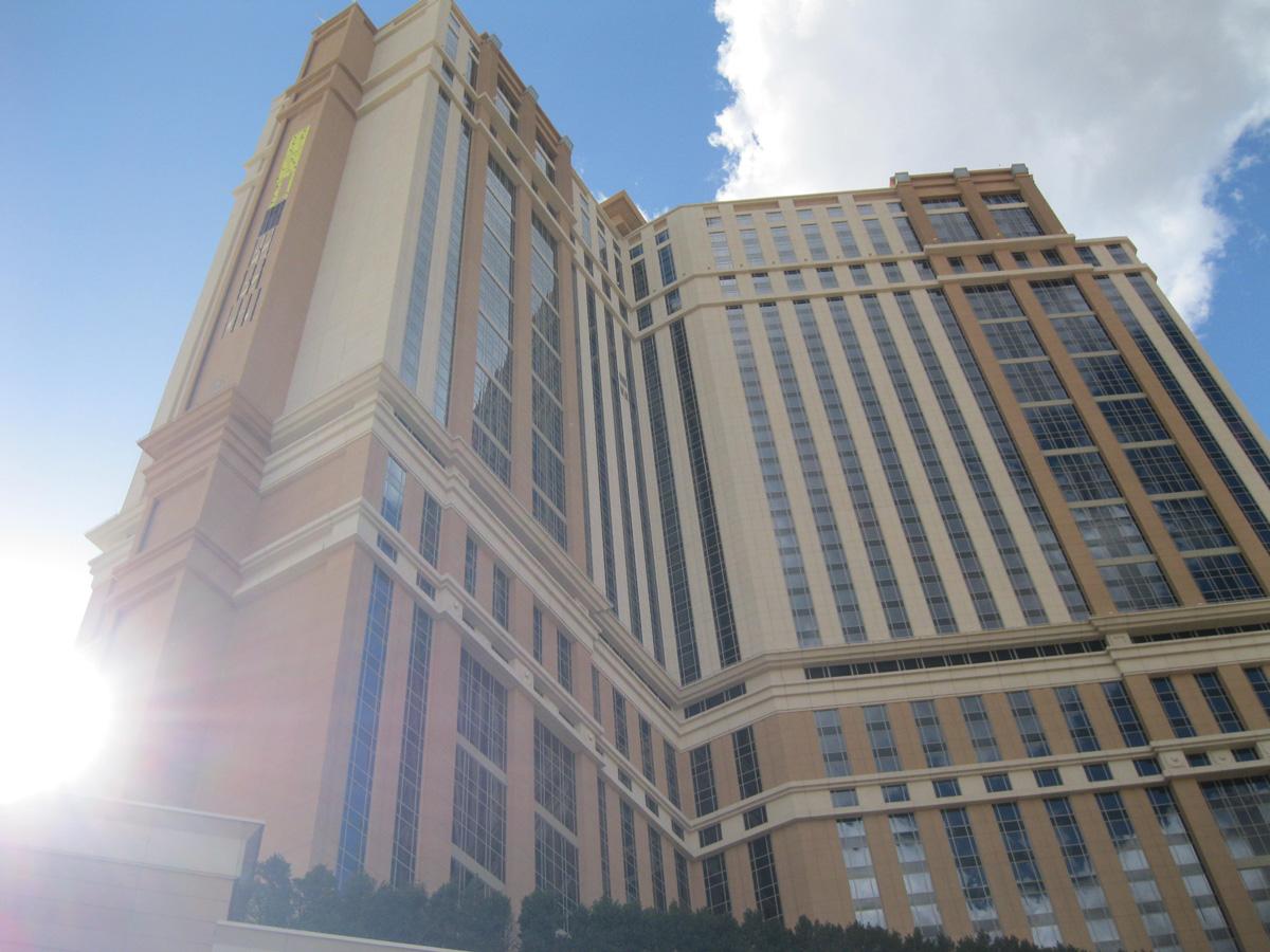 18 Фото: Jon Miller Стоимость : $1,900,000,000 Город : Лас-Вегас (США) Высота : 196 метров Этажи : 5