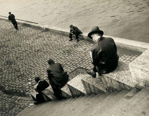 Ilse Bing, Three men on seine steps, Paris, 1931