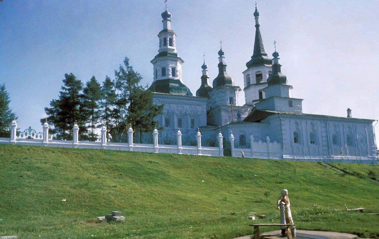 Крестовоздвиженская церковь со стороны улицы Тимирязева
