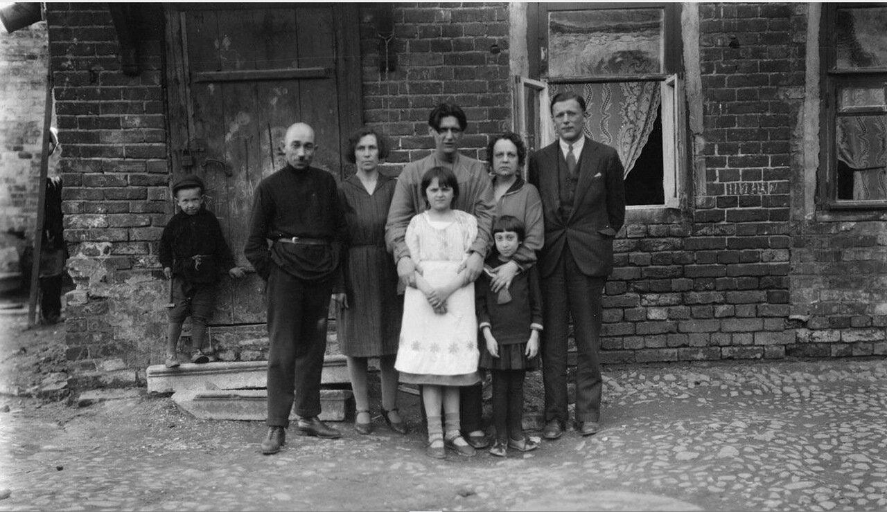 33. Семейный снимок возле дома