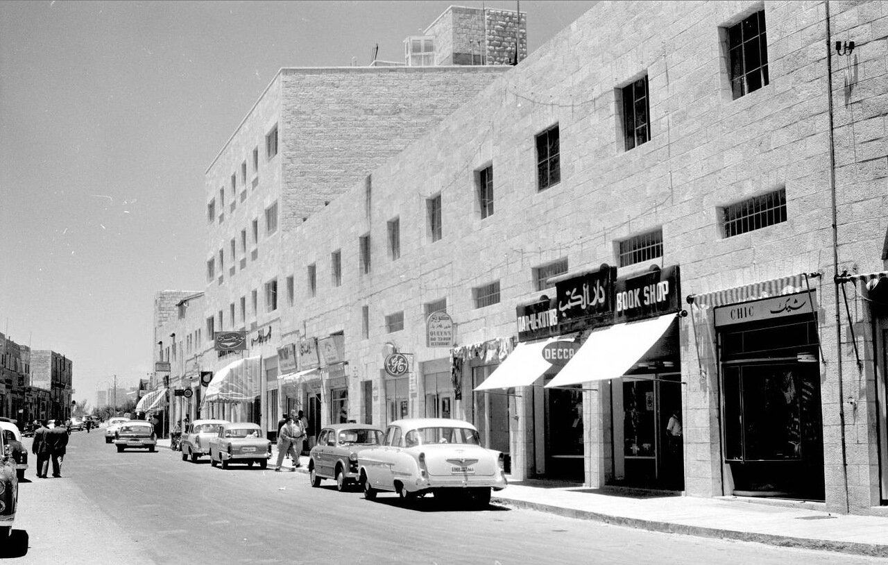Уличная сцена с магазинами