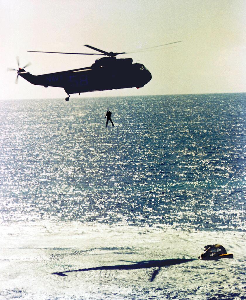 1965, 29 августа. Астронавт Гордон Купер извлечен из приводнившейся капсулы. Длительность полёта — 7 дней 23 ч, — первый рекорд длительности полёта, установленный астронавтами США