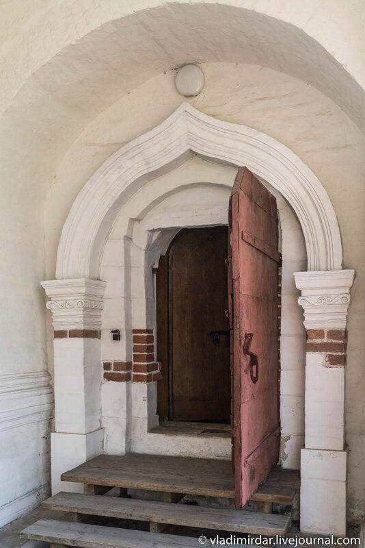 Вход в подклет Храма Вознесения в Коломенском