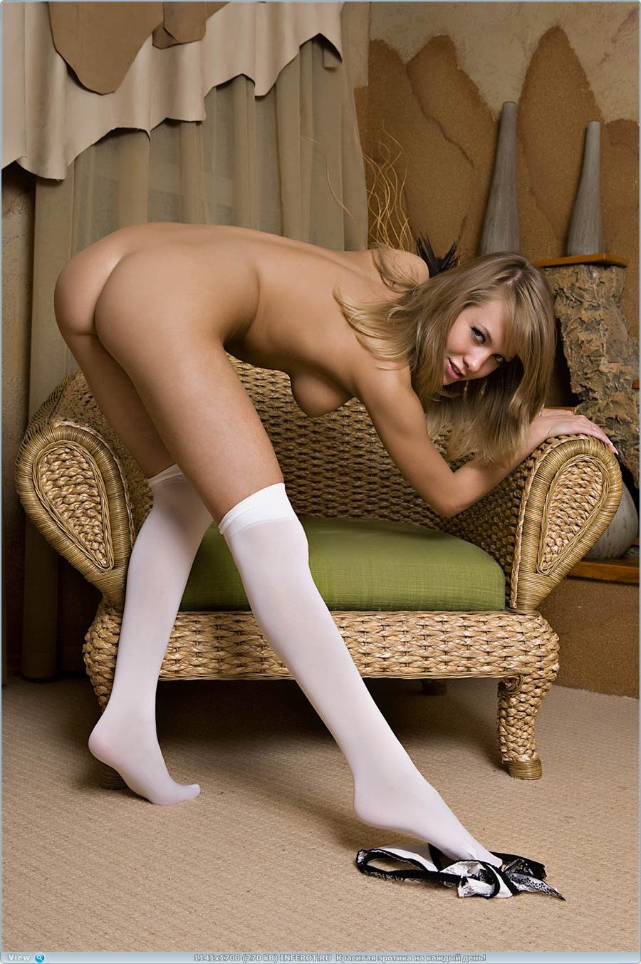 Красавица в белых чулочках на плетеном кресле (20 фото)