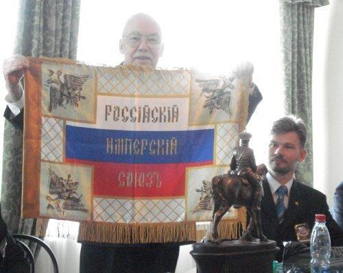 Начальник Ордена Г.А. Фёдоров показывает копию Знамени РИС-О