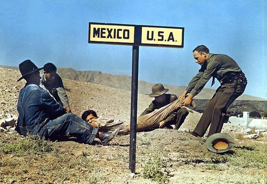 Пограничный патруль США пытается перетянуть преступника через границу, чтобы он не убежал в Мексику.