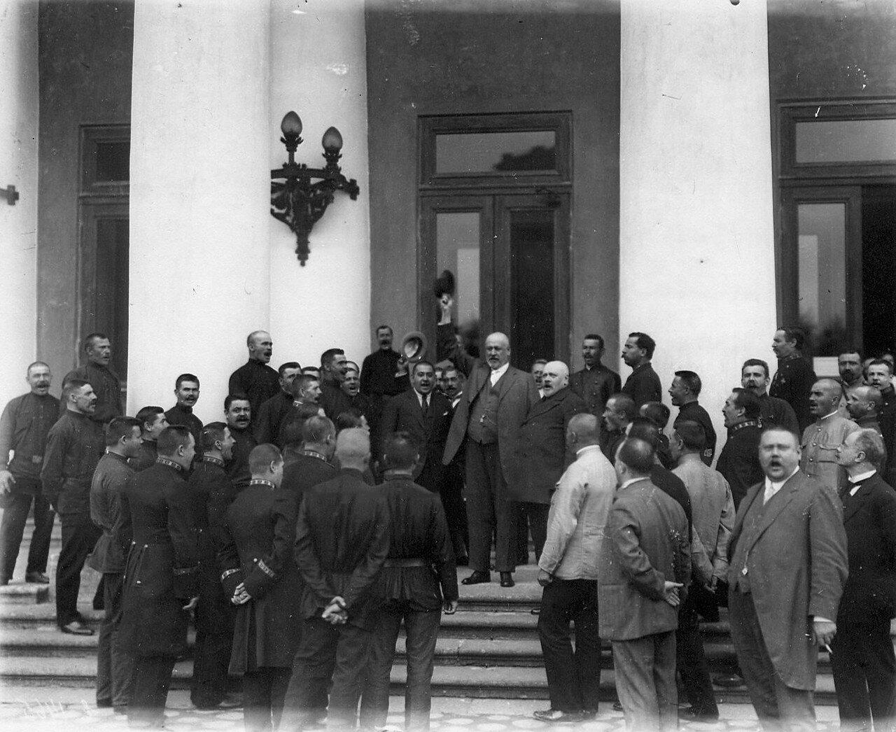Председатель Четвертой Государственной думы М.В.Родзянко с группой призванных в армию служителей у подъезда Таврического дворца. 1914