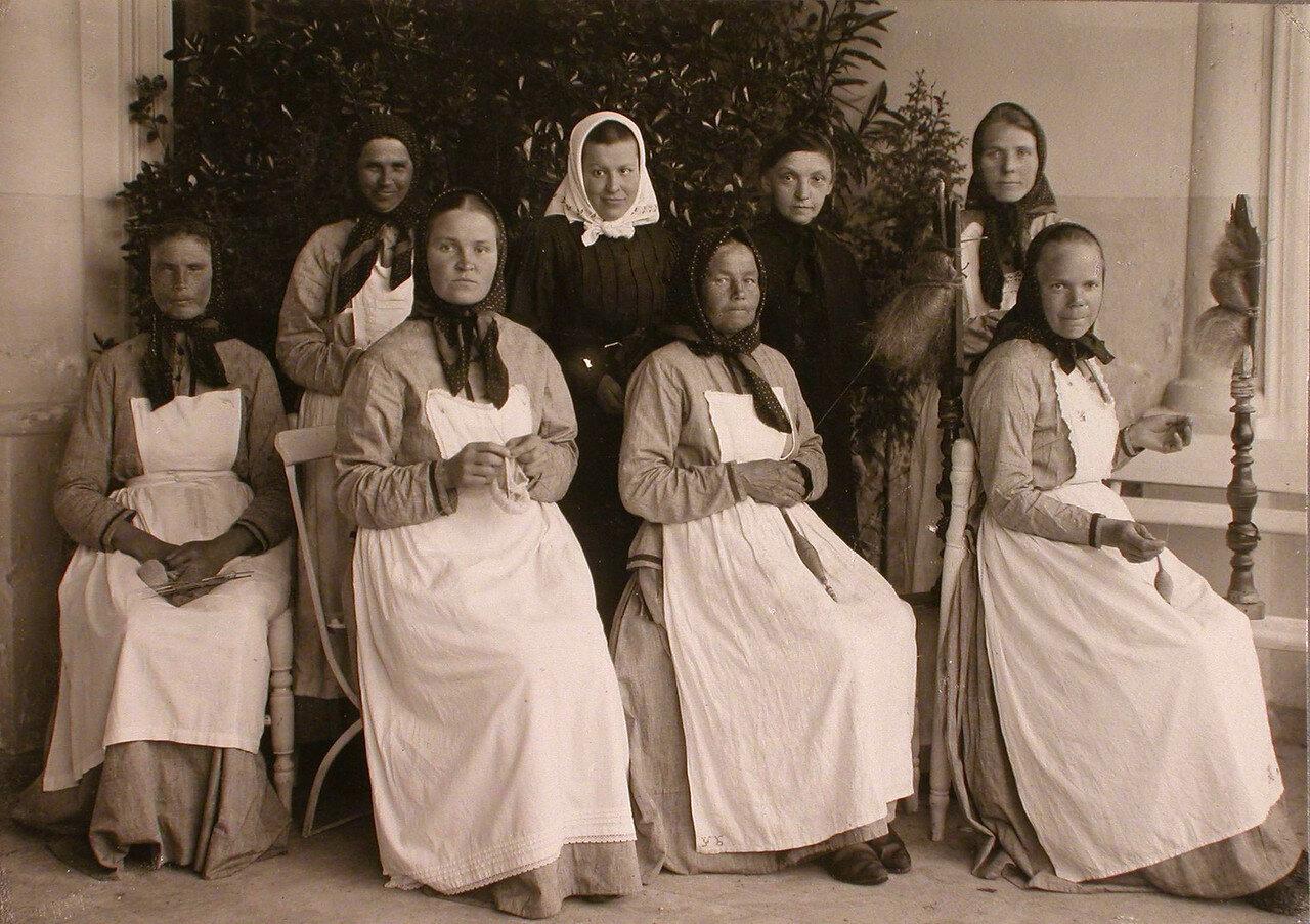 41. Группа призреваемых в богадельне Успенского острова женщин