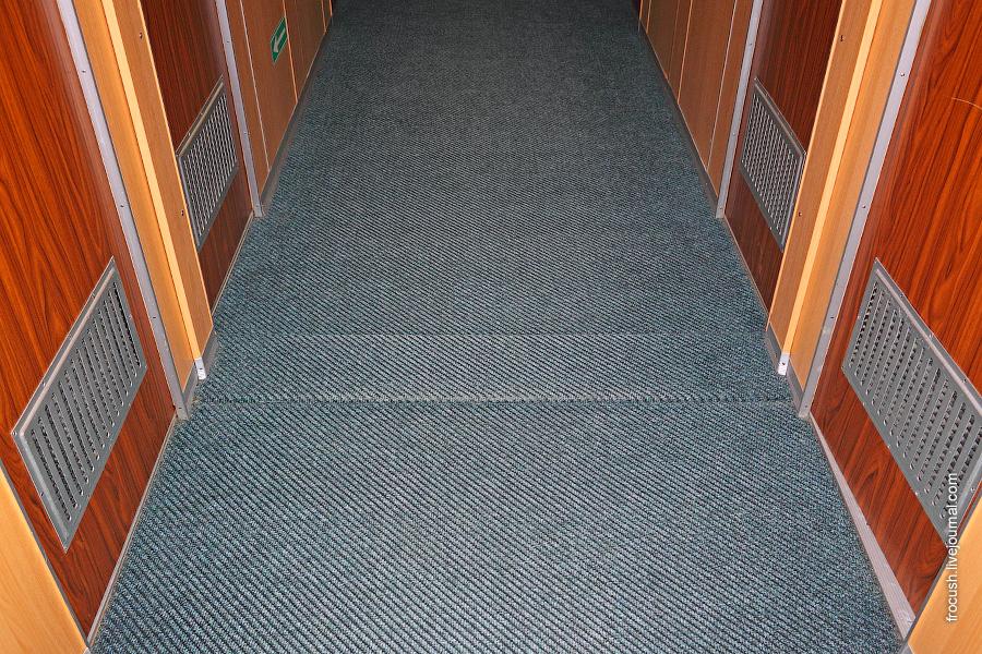 Компенсационный шов в коридоре на шлюпочной палубе