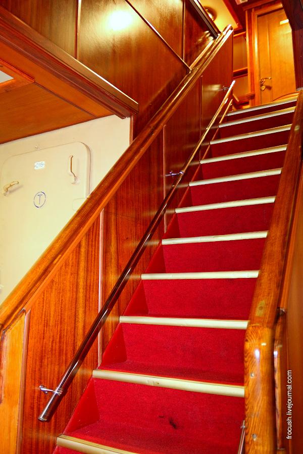 Лестница с нижней на главную палубу теплохода «Карл Маркс»