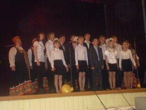 На сцене клуба Рябчинские школьники.
