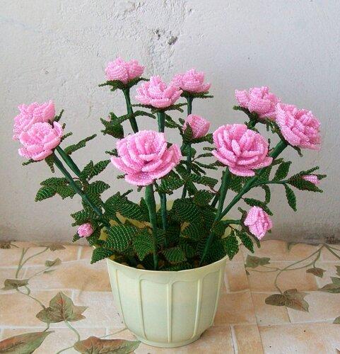 Розы из бисера и варианты оформмления