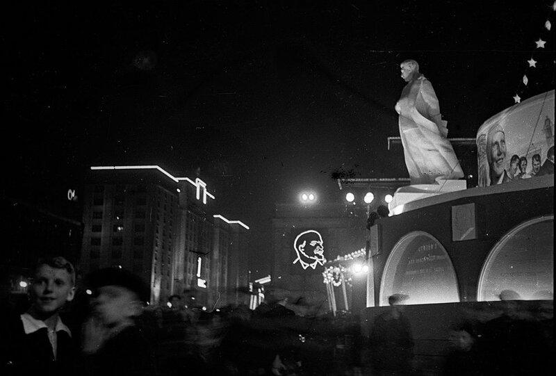 Москвичи у памятника Сталину