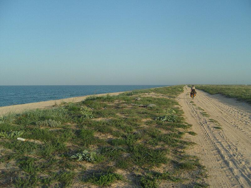 Арабатка между Стрелковым и страусами. Берег Азовского моря