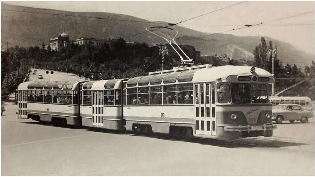 Трамвай Тбилиси на площади Героев.jpg