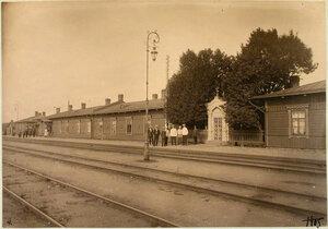 Группа служащих на платформе у старого пассажирского здания (на станции Двинск-товарная).