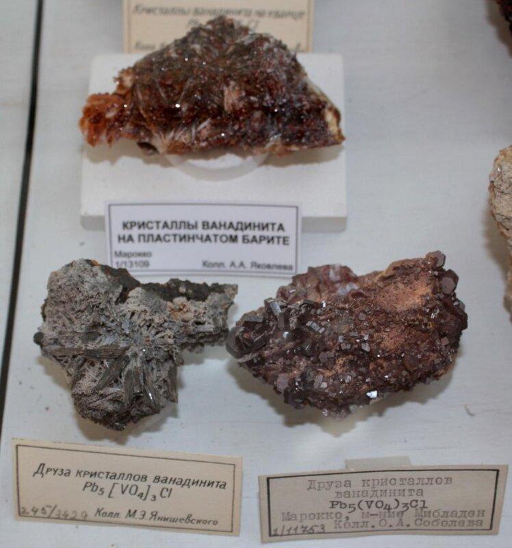 Кристаллы ванадинита на пластинчатом барите; друзы кристаллов ванадинита