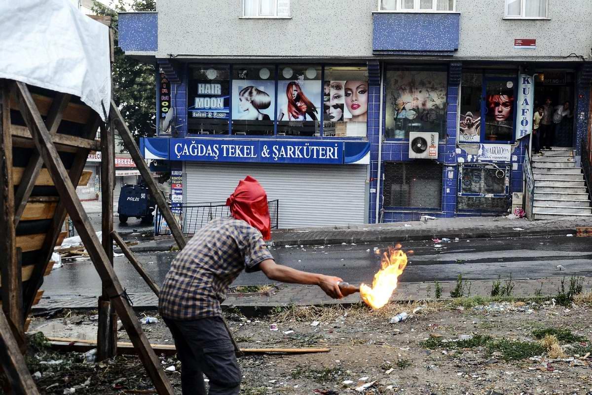 Турецкий метатель коктейлей Молотова: Охота за полицейским бронеавтомобилем