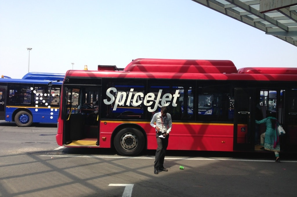 Автобусы до самолета так же имеют ливрею авиакомпании, которой вы летите