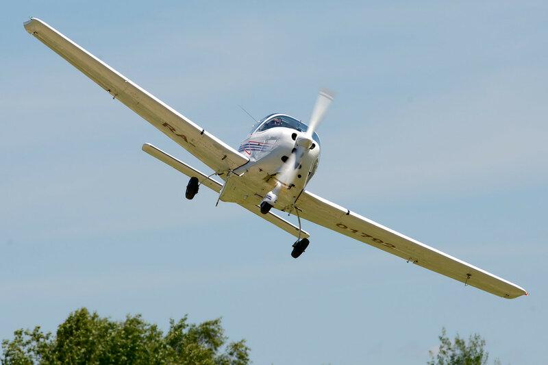 Белый самолёт в синем небе