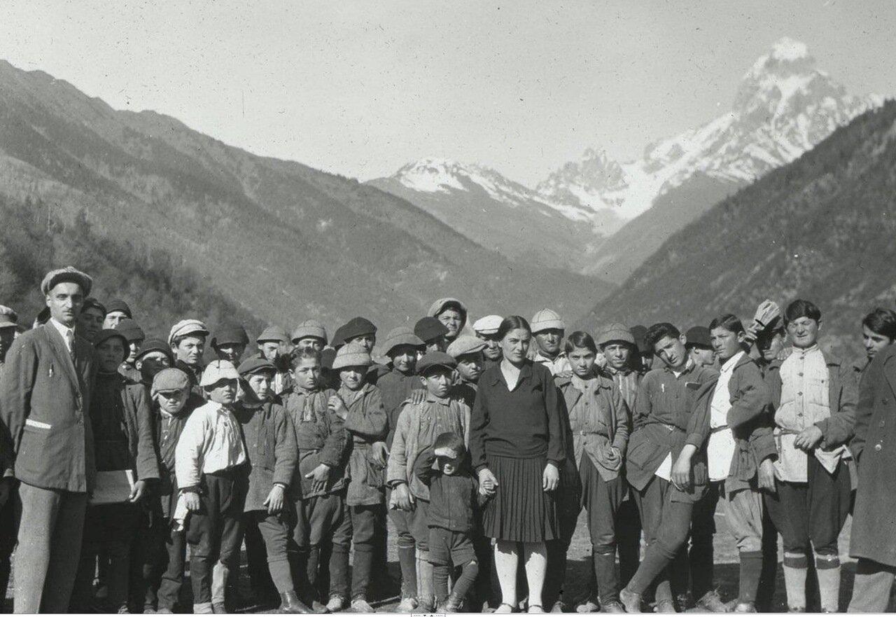 Группа учителей и школьников села Бечо