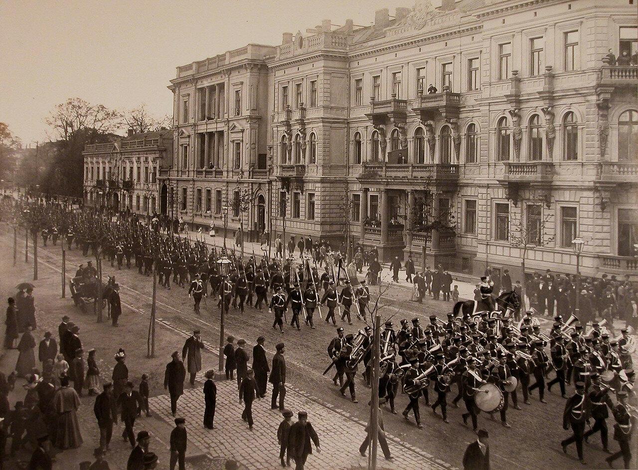 14. Офицеры и солдаты возвращаются с парада по одной из улиц города