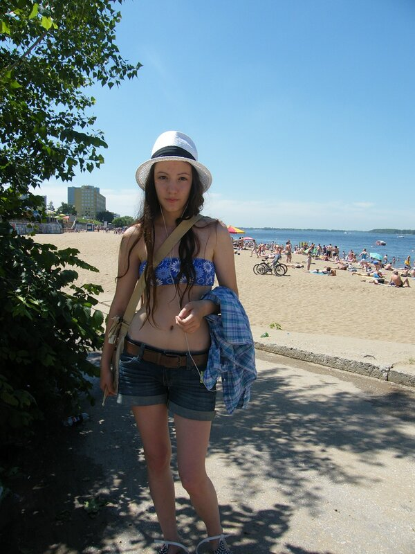 Аня и вид на пляж Самары
