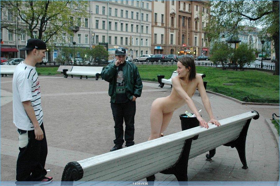 Распутная девушка у памятника Растрелли (20 фото)
