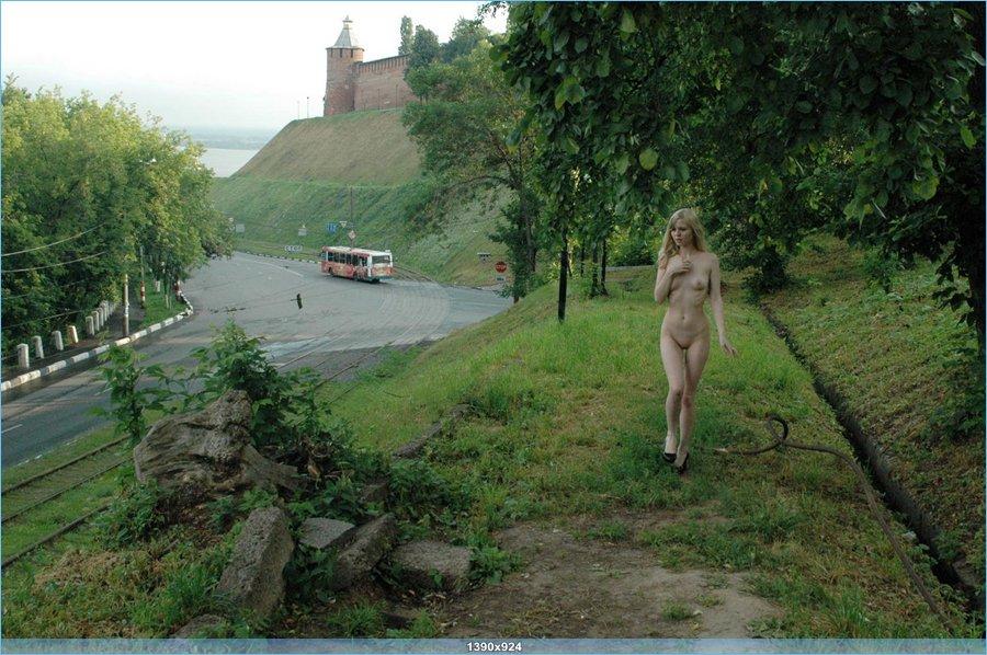 Голенькая девушка у новогородского кремля... (16 фото)