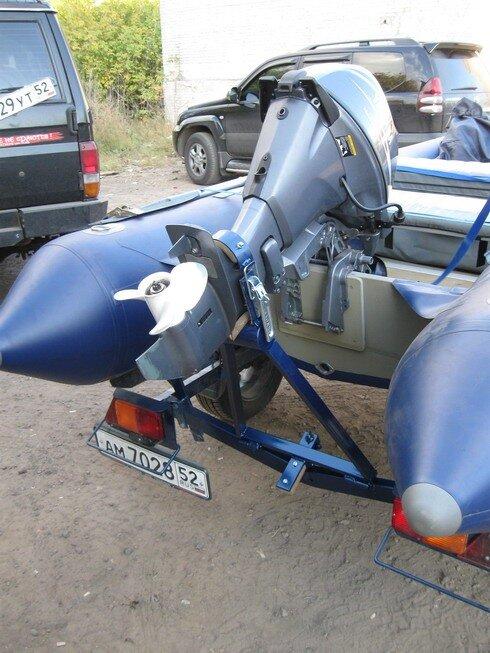 Упор для лодочного мотора на прицепе