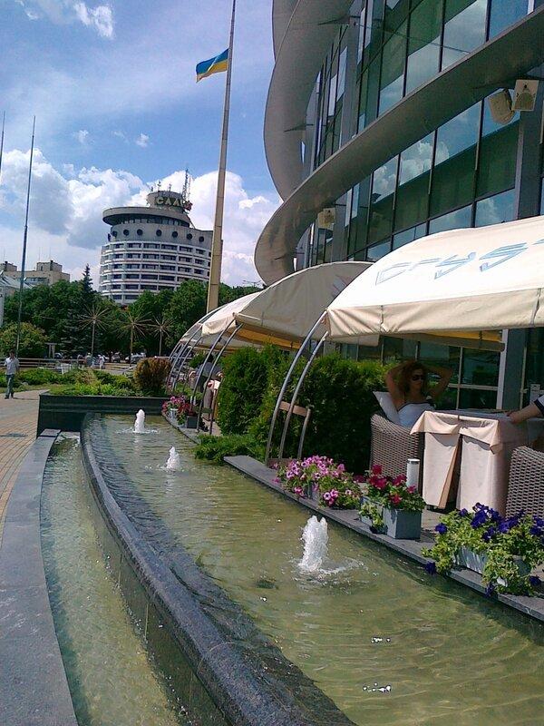 Летнее кафе рядом с гостиницей Салют