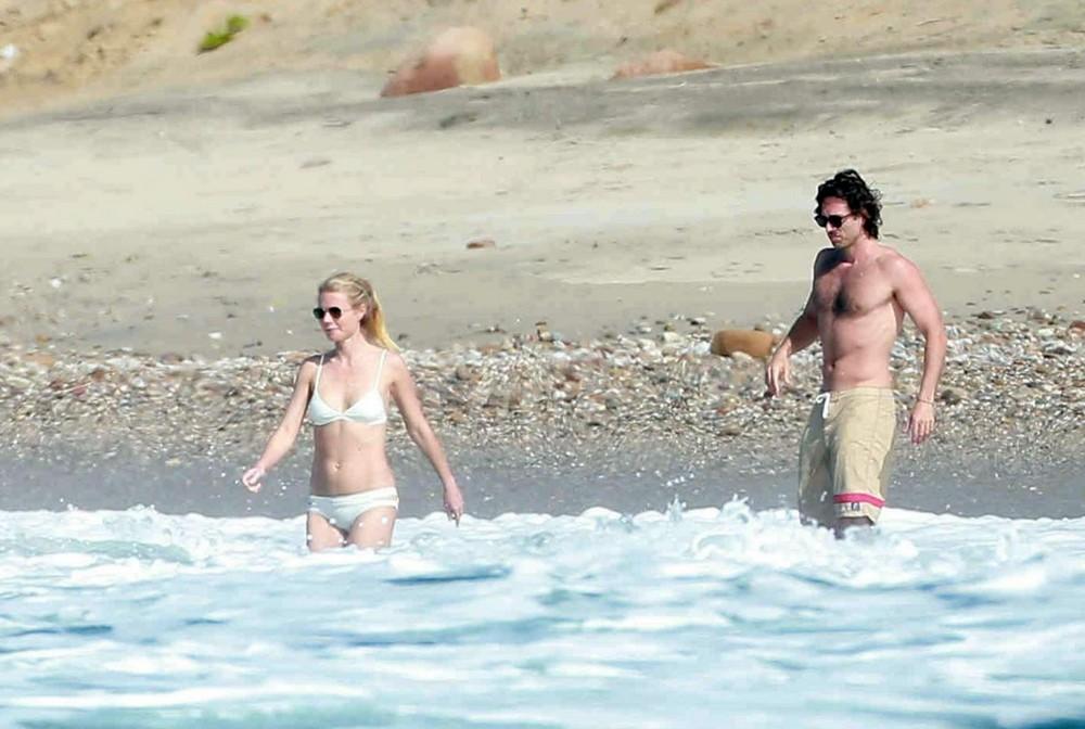 Гвинет Пэлтроу в бикини на пляже