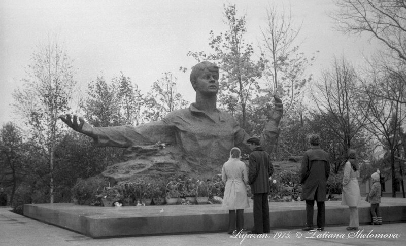 Памятник С. Есенину, открытый в Рязани к его 80-летию