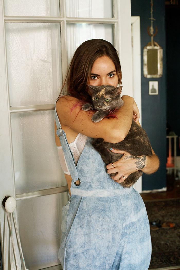 3. Дизайнер Натали — «мама» пяти кошек. Телу она нашла 11 лет назад в заброшенном доме.
