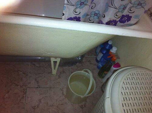 Канализационная труба под ванной
