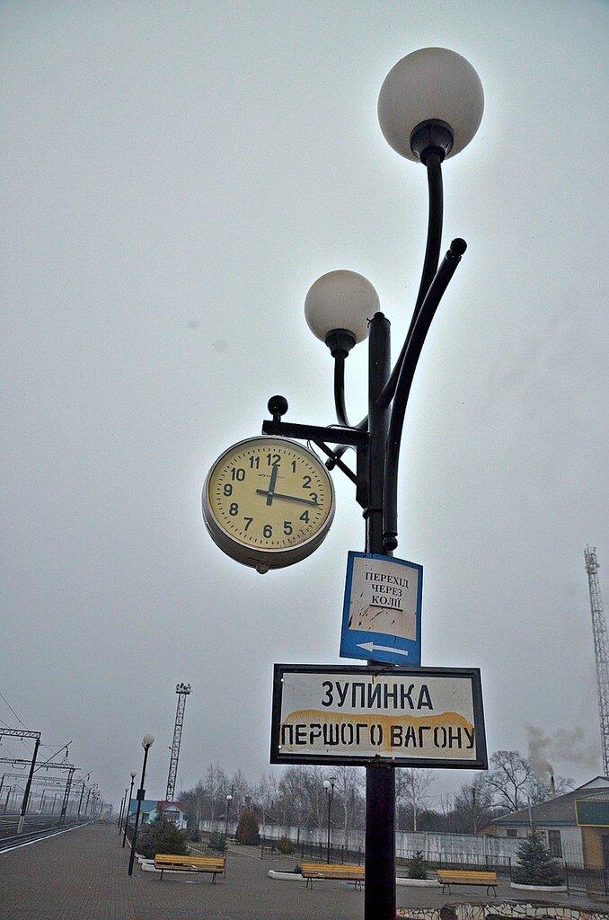 ст. Цвіткове, Фонарь-годинник на пероні, анфас